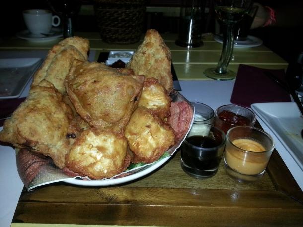 Tabla crujiente con samosas de verduras, tempura de queso brie y croquetas
