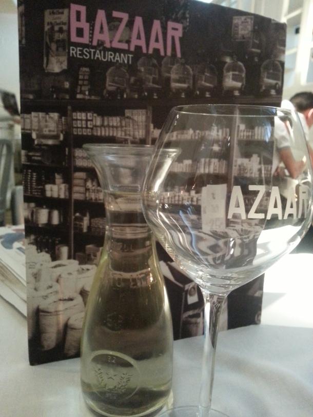 Vino blanco y carta de Bazaar