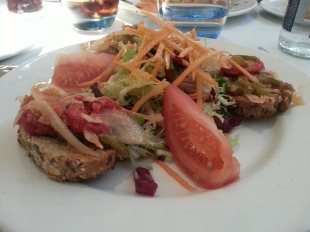 Tostaditas con pimientos escalibados, atún y cebolla