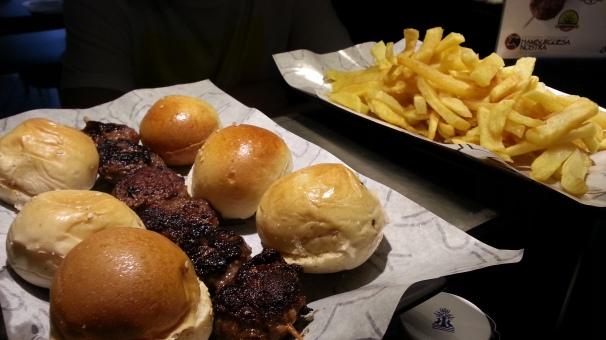 Degustación de hamburguesas y patatas