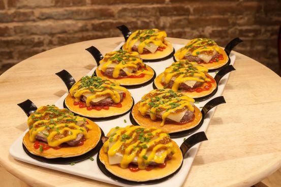 Blinish con hamburguesa de ternera, queso, cebolla caramelizada, etc. (foto de Blai9)